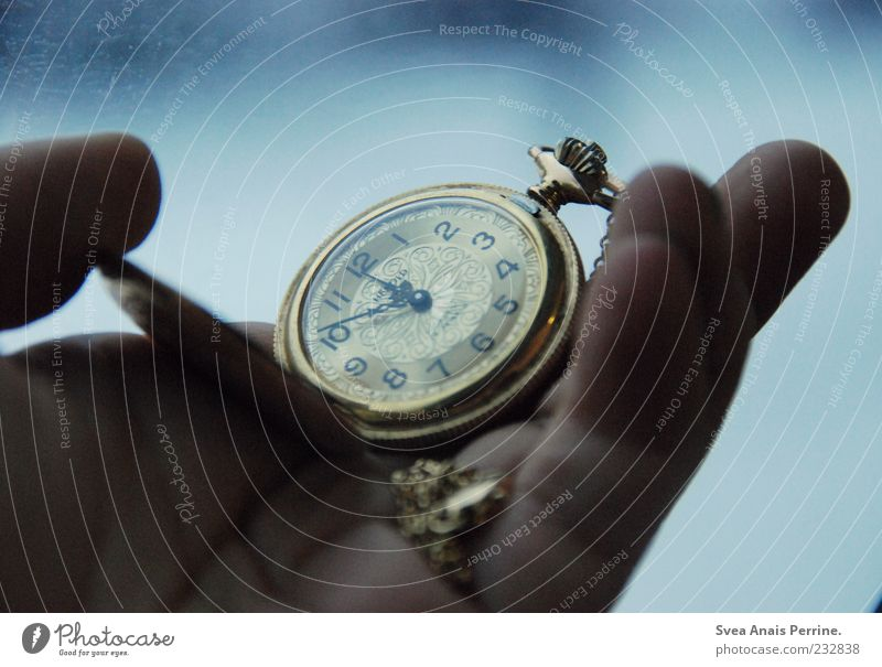 10 vor 12 Hand Finger Mensch Sammlerstück Taschenuhr Uhr festhalten außergewöhnlich elegant kalt retro Gefühle Stimmung Farbfoto Gedeckte Farben Innenaufnahme