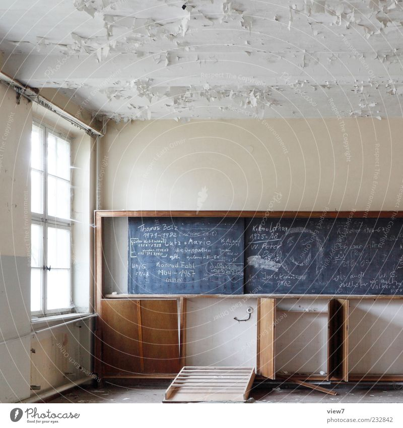 Dorfschule alt schön Einsamkeit Ferne Fenster Wand Holz Stein Mauer Schule Traurigkeit Linie braun dreckig Fassade Schriftzeichen