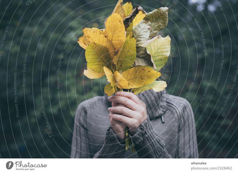 Porträt eines traurigen Mädchens im Teenageralter mit Blättern Lifestyle Freude Glück schön Gesicht Erholung Spielen Kind Mensch Frau Erwachsene Hand Natur