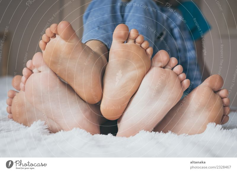 Glückliche Kinder sitzen barfuß auf dem Bett. Lifestyle Freude Erholung Schlafzimmer Mensch Baby Junge Frau Erwachsene Mann Schwester Familie & Verwandtschaft