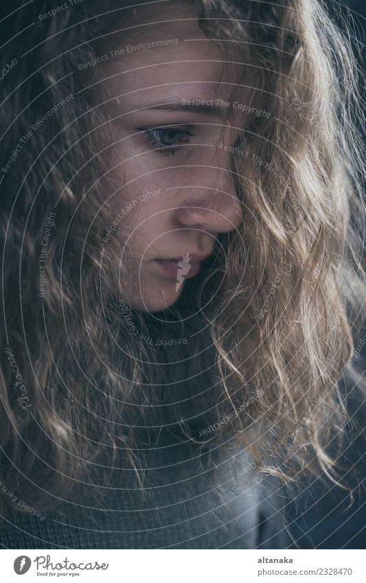 Porträt eines jungen traurigen Mädchens. Gesicht Kind Mensch Frau Erwachsene Familie & Verwandtschaft Mode Denken Traurigkeit dunkel Gefühle Sorge Trauer