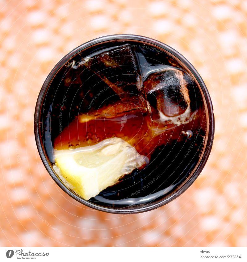 Gekühlte Volksdroge mit Südfrucht Frucht Getränk Erfrischungsgetränk Limonade Glas Sommer kalt braun gelb Zitrone orange Koffein Cola Süßgetränk Eiswürfel süß