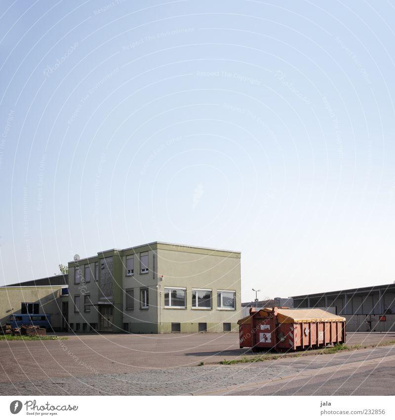 werkhof Architektur Gebäude Platz trist Bauwerk Fabrik Unternehmen Lagerhalle Container Hof Wolkenloser Himmel Blauer Himmel Industrieanlage Flachdach Werkhof