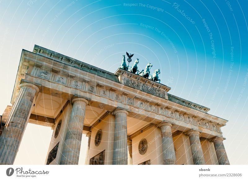 Brandenburger Tor Ferien & Urlaub & Reisen Berlin Stadt Hauptstadt Skyline Sehenswürdigkeit Wahrzeichen Denkmal Deutschland Großstadt Farbfoto Außenaufnahme