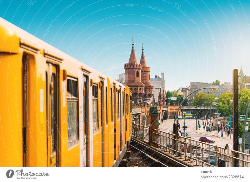 Bahnfahren in Berlin Ferien & Urlaub & Reisen Stadt Hauptstadt Skyline Brücke Bauwerk Gebäude Oberbaumbrücke Eisenbahn Personenzug S-Bahn U-Bahn Straßenbahn