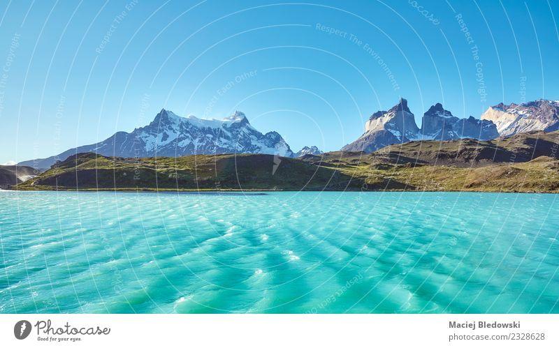 Pehoe Lake und Los Cuernos (Die Hörner), Chile. Ferien & Urlaub & Reisen Tourismus Ausflug Abenteuer Ferne Freiheit Expedition Sommerurlaub Sonne