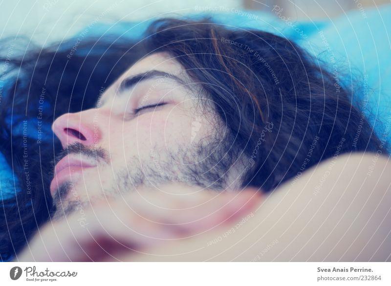 schlaf gut ^^ maskulin Haare & Frisuren Gesicht 1 Mensch 18-30 Jahre Jugendliche Erwachsene träumen dünn schlafen Locken Bettwäsche Bart Schlafzimmer Farbfoto