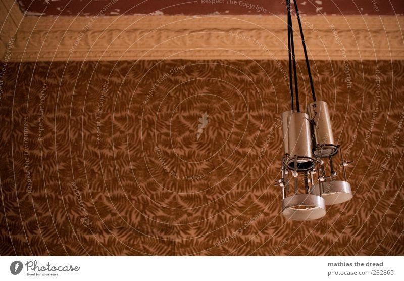 SCHÖNER WOHNEN Menschenleer Haus Ruine Bauwerk Gebäude Mauer Wand hängen leuchten alt trashig Tapete Stuck braun retro Stillleben Lampe 3 Einsamkeit ruhig Kabel