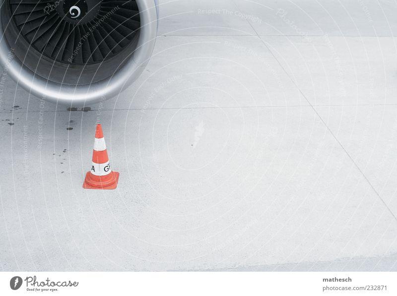 düse grau Verkehr Luftverkehr Hinweisschild Flugzeug Warnhinweis Anschnitt Flughafen Bildausschnitt Parkplatz parken Aufenthalt Triebwerke Landebahn