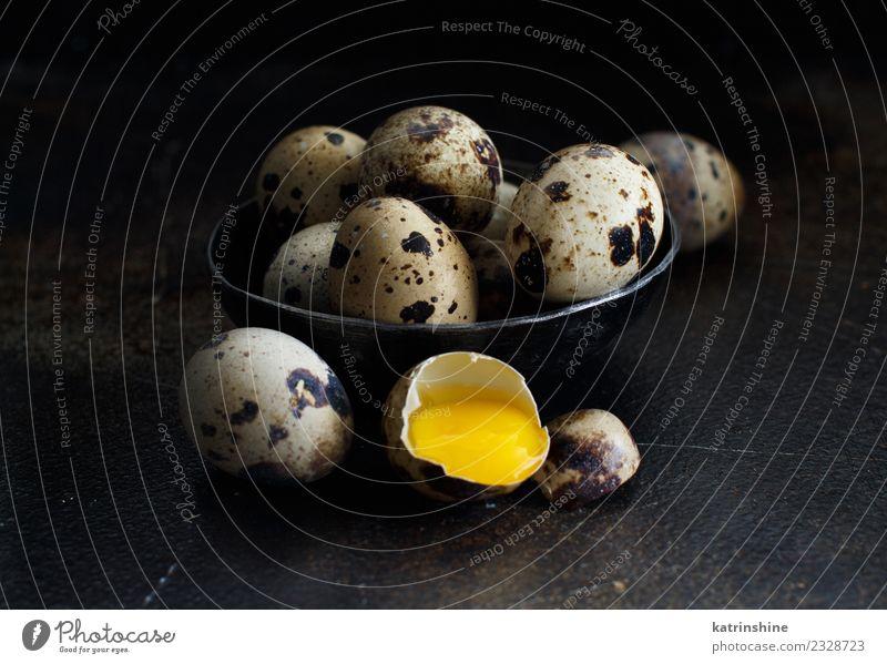 Wachteleier in einer Schüssel auf dunklem Hintergrund Lebensmittel Frühstück Schalen & Schüsseln Dekoration & Verzierung Feste & Feiern Ostern dunkel frisch