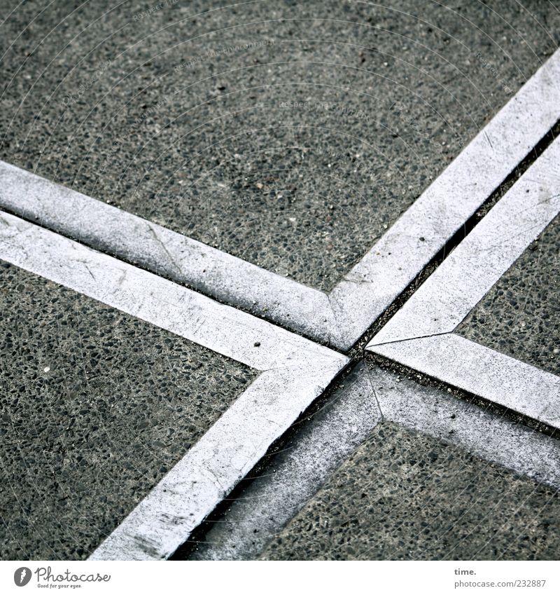 Konfrontation Beton Metall Kreuz Spitze gleich Zusammenhalt Eisen Metallwaren Ecke diagonal Boden Bodenbelag Steigung Gegenüberstellung Untergrund Farbfoto