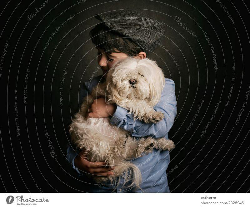Junge umarmt seinen Hund Lifestyle Freude Mensch maskulin Kind Kleinkind Kindheit 1 3-8 Jahre Tier Haustier Tierjunges festhalten Lächeln Zusammensein kuschlig