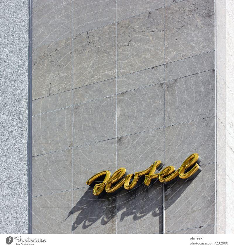 Übernachtungsmöglichkeit Haus gelb Wand grau Mauer Gebäude Beton Schilder & Markierungen Fassade Schriftzeichen Buchstaben Hotel Werbung Bauwerk Typographie Neonlicht