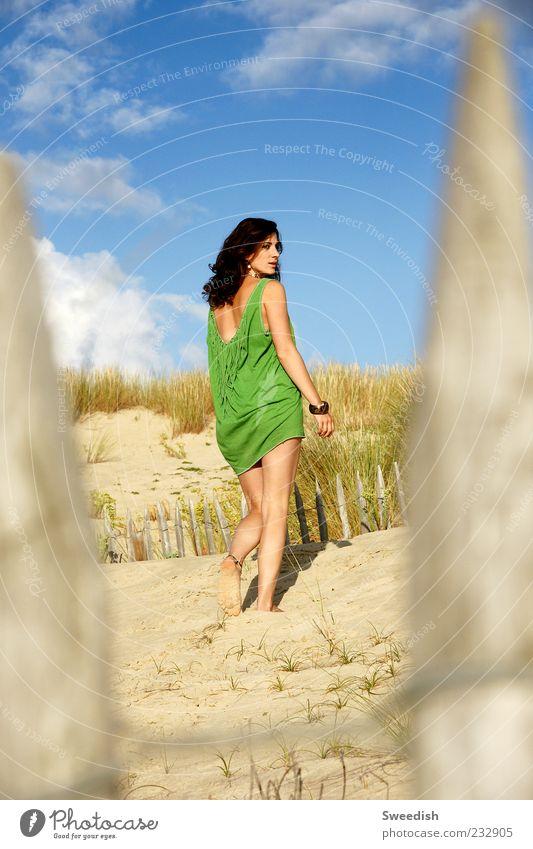 Everywhere's Magic. Mensch Himmel Jugendliche grün schön Sommer Strand Erwachsene feminin Sand Beine ästhetisch Coolness Beautyfotografie 18-30 Jahre dünn