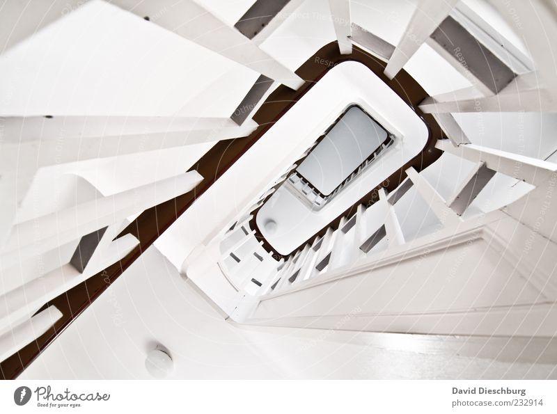 Treppenhaus grau weiß Geländer Holz Treppengeländer Linie Spirale aufsteigen abwärts hoch Sauberkeit rein Rechteck gestrichen Tiefenschärfe hell Gebäudeteil