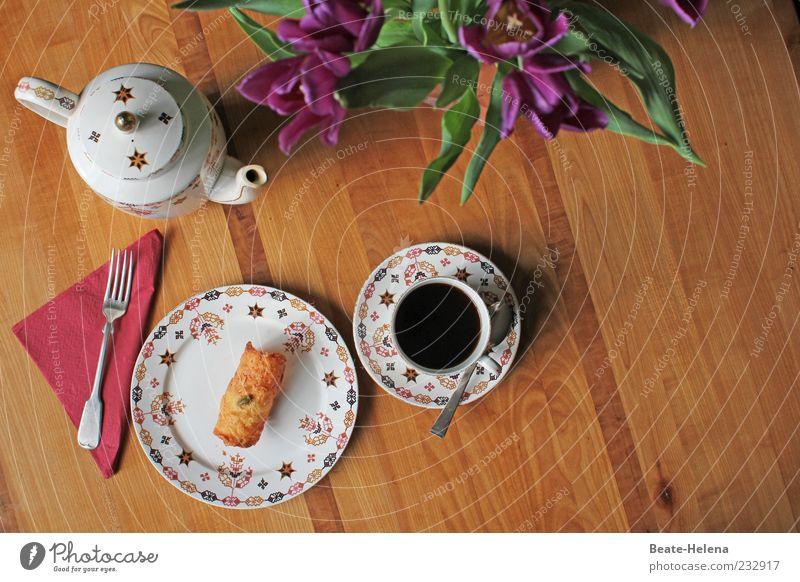 Es ist angerichtet! weiß Essen braun Zufriedenheit gold Beginn Getränk Kaffee rund Blumenstrauß Süßwaren Geschirr Kuchen Tulpe Backwaren Gabel