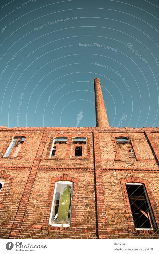 industrial Himmel Wolkenloser Himmel Mannheim Menschenleer Industrieanlage Fabrik Ruine Bauwerk Gebäude Architektur Mauer Wand Fassade Fenster Schornstein alt