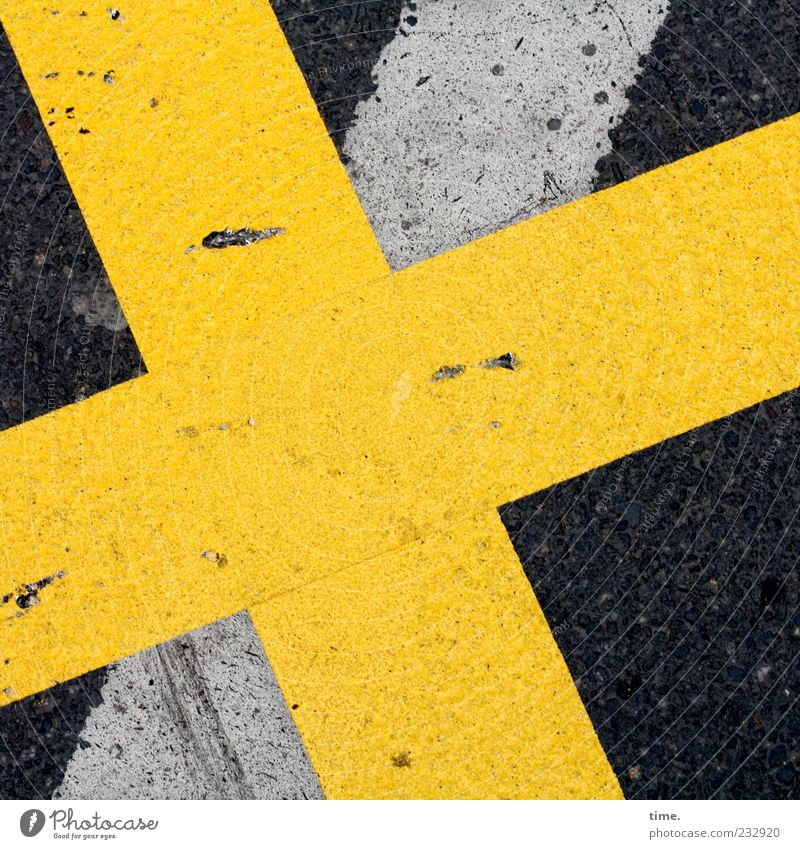Das Gekreuzigte Menschenleer Verkehrswege Straße Stein Zeichen Ornament Schilder & Markierungen Kreuz Streifen gelb Mittelpunkt planen Symmetrie diagonal Boden