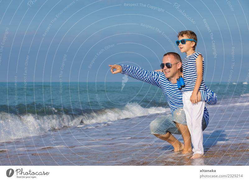 Vater und Sohn spielen am Strand am Tag. Lifestyle Freude Glück Leben Erholung Freizeit & Hobby Spielen Ferien & Urlaub & Reisen Ausflug Freiheit Camping Sommer