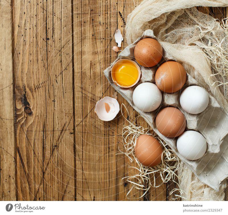 Hühnereier in einer Box Frühstück Dekoration & Verzierung Feste & Feiern Ostern Holz frisch klein natürlich retro braun gelb weiß Tradition Hintergrund Hähnchen