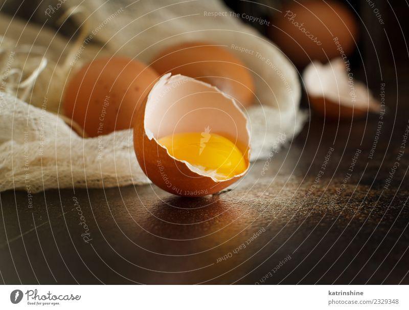 Hühnereier auf dunklem Hintergrund in Nahaufnahme Frühstück Dekoration & Verzierung Feste & Feiern Ostern Holz frisch klein natürlich retro braun gelb weiß
