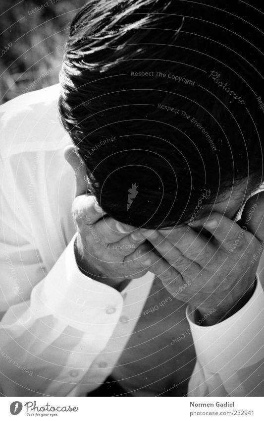 Verlust Stil Verlierer maskulin Mann Erwachsene Kopf Hand 1 Mensch Hemd schwarzhaarig kurzhaarig Scheitel Denken Traurigkeit weinen Gefühle Stimmung demütig