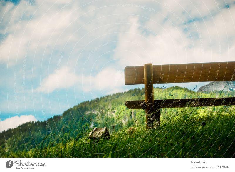 Rastplatz Umwelt Landschaft Alpen Berge u. Gebirge ruhig Alm Bank Idylle Ausflugsziel Bayern Oberbayern Kitsch Schönes Wetter Wiese Gras Wolken