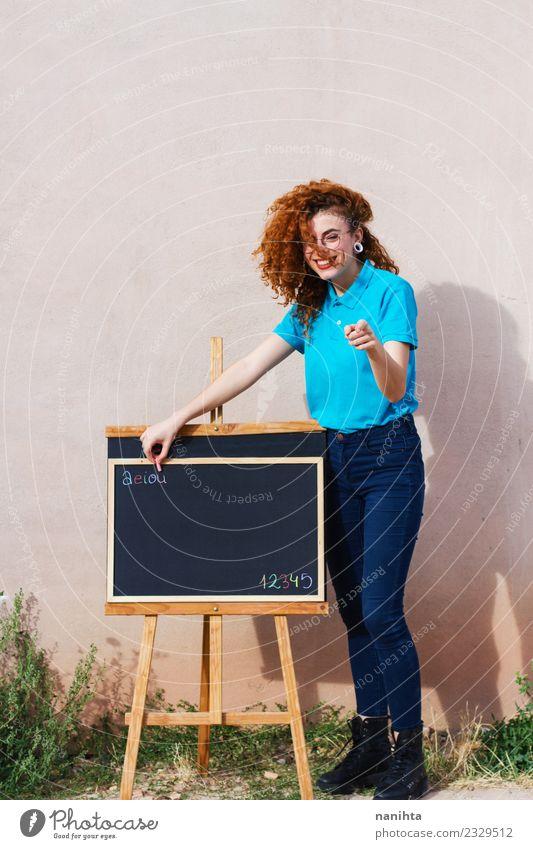Junge Kindergärtnerin beim Unterricht Lifestyle Stil Freude Bildung Kindergarten Schule Tafel Lehrer Arbeit & Erwerbstätigkeit Beruf Mensch feminin Junge Frau