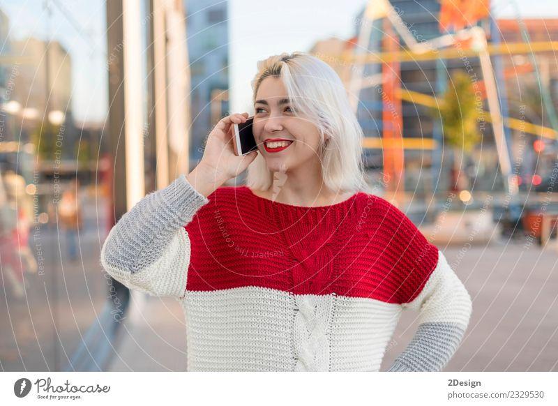 Schöne Frau mit Handy auf der Straße. Lifestyle Glück schön Business sprechen Telefon PDA Technik & Technologie Mensch Erwachsene brünett Kommunizieren Lächeln