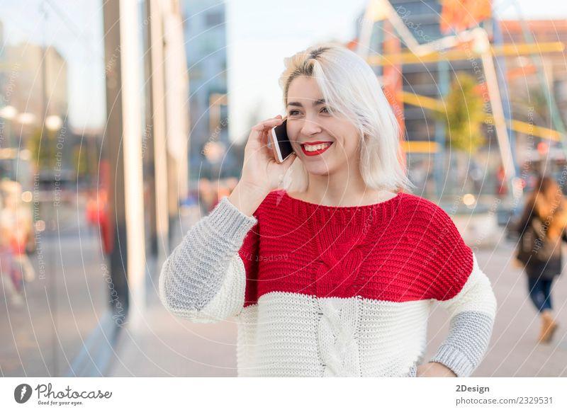 Schöne Frau mit Handy auf der Straße. Lifestyle Stil Glück schön Freizeit & Hobby Schüler Student Business Erfolg sprechen Telefon PDA Technik & Technologie