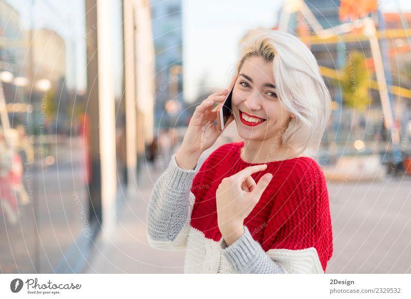 Schöne Frau mit Handy auf der Straße. Lifestyle Glück schön Business sprechen Telefon PDA Technik & Technologie Telekommunikation Internet Mensch feminin