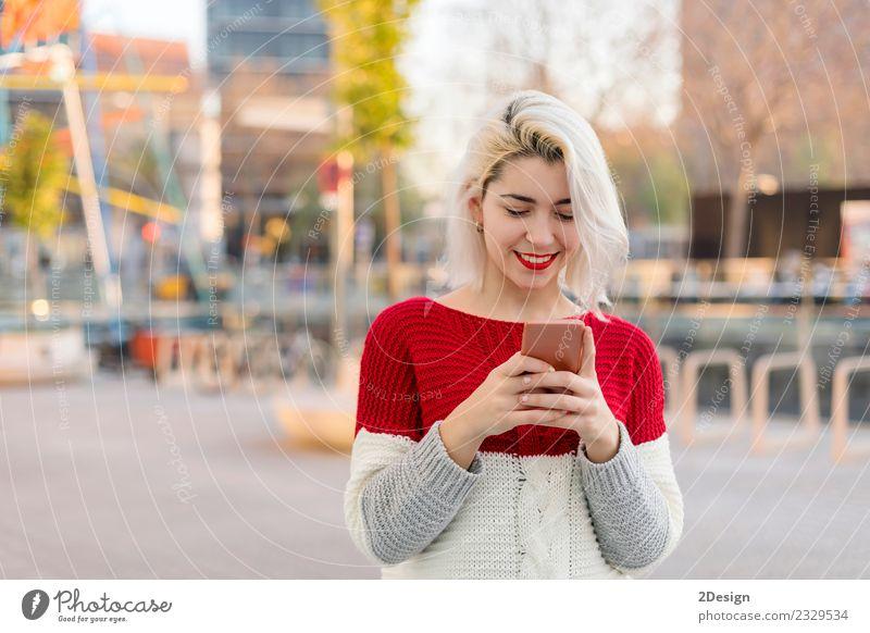 Frau Mensch schön Freude schwarz Erwachsene Lifestyle Glück Business modern Technik & Technologie stehen Lächeln niedlich Telefon brünett