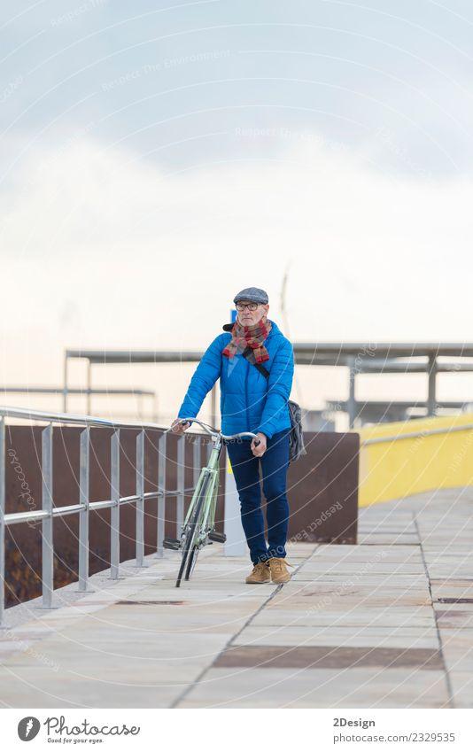 Mensch Ferien & Urlaub & Reisen Mann blau Farbe Meer Einsamkeit Freude Erwachsene Straße Leben Lifestyle Senior Freiheit grau Freizeit & Hobby