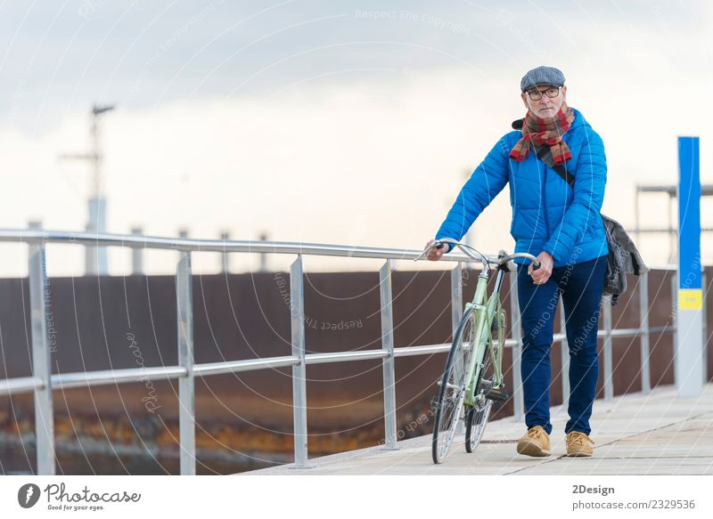 Mensch Ferien & Urlaub & Reisen Mann Farbe Meer Straße Erwachsene Leben Lifestyle Senior Freiheit grau Freizeit & Hobby maskulin elegant Fahrrad
