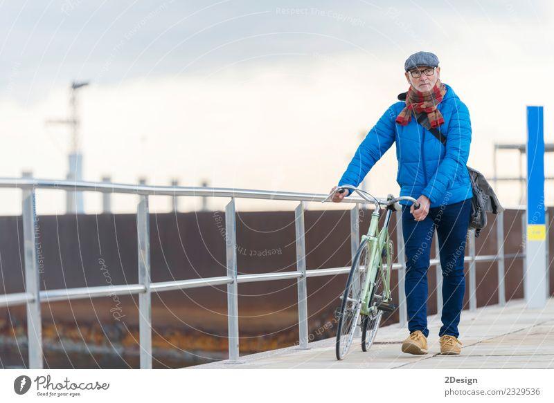 Porträt eines älteren Mannes, der mit seinem Fahrrad am Meer spazieren geht. Lifestyle elegant Leben Freizeit & Hobby Ferien & Urlaub & Reisen Freiheit Mensch