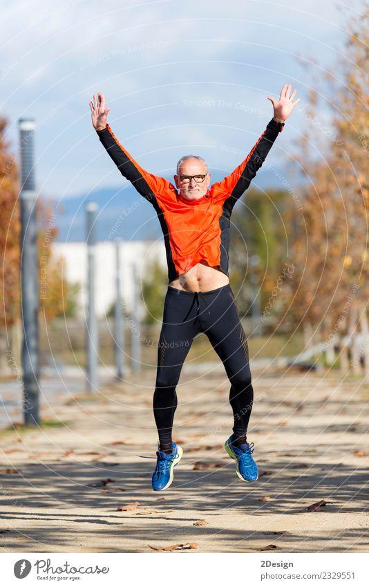 Mensch Mann alt grün weiß Freude Erwachsene Leben Lifestyle Gesundheit Senior Sport Glück Freizeit & Hobby springen maskulin