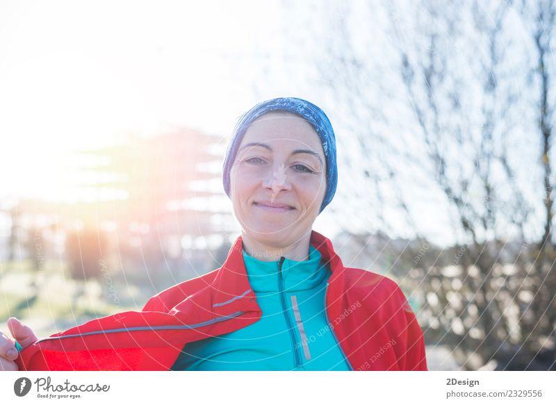 Porträt einer Läuferin im Park nach dem Laufen Lifestyle schön Gesundheit sportlich Sommer Sport Fitness Sport-Training Sportler Joggen Mensch feminin