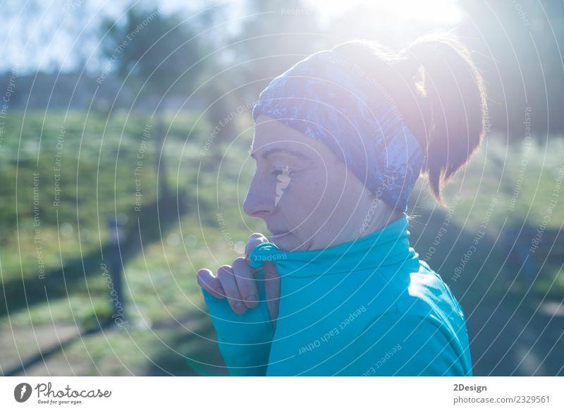 Frau Mensch Natur Sommer schön Erwachsene Lifestyle Sport Park stehen Aktion Fitness sportlich Model selbstbewußt Läufer