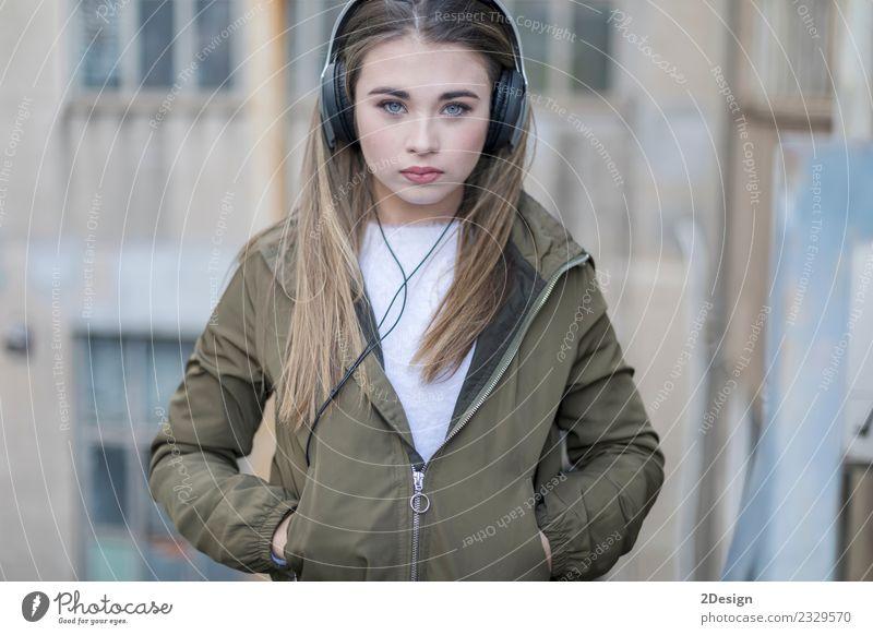 Mädchen hört Musik und sieht dich an. Lifestyle Stil Glück schön Zufriedenheit Haus Schule Student Headset MP3-Player Fotokamera Technik & Technologie Mensch
