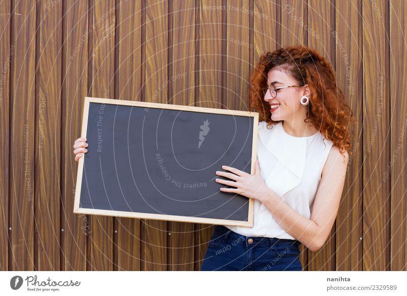 Junge rothaarige Geschäftsfrau hält eine leere Tafel. Lifestyle elegant Bildung Schüler Lehrer Arbeit & Erwerbstätigkeit Beruf Arbeitsplatz Business Mittelstand