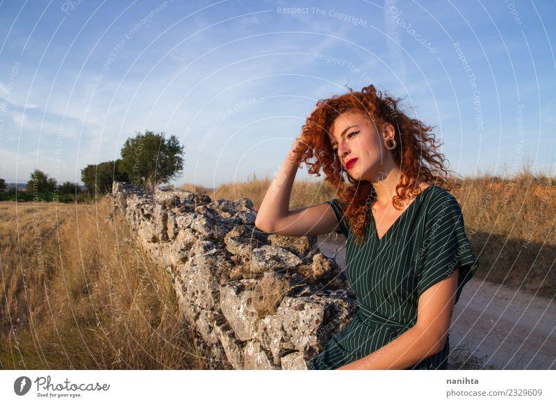 Junge Rothaarige Frau genießt den Sonnenuntergang im Freien. Lifestyle elegant Stil schön Haare & Frisuren Wellness harmonisch Sinnesorgane Erholung