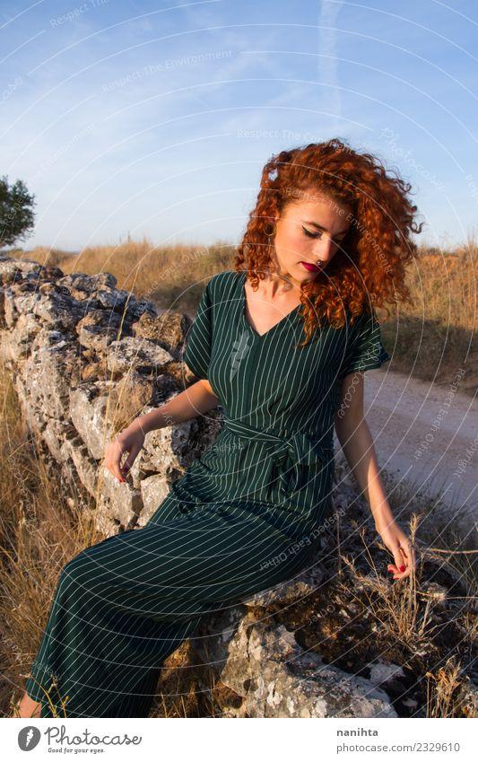 Junge Rothaarige Frau genießt den Sonnenuntergang im Freien. Lifestyle elegant Stil Wellness harmonisch Erholung ruhig Ferien & Urlaub & Reisen Sommer