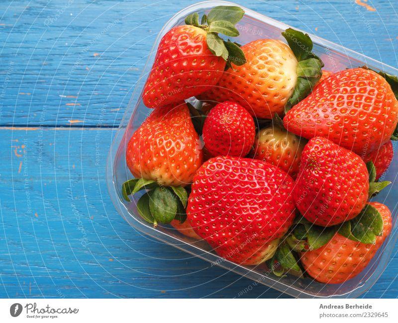 Frische Bio Erdbeeren Lebensmittel Frucht Ernährung Bioprodukte frisch lecker süß blau rot berry mix mixed nutrition nutritious organic pile preserved red Snack