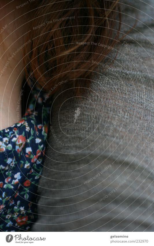 Begegnung Mensch blau rot feminin grau Haare & Frisuren Arme Haut natürlich nah Brust langhaarig Bildausschnitt Anschnitt Dekolleté Strickjacke