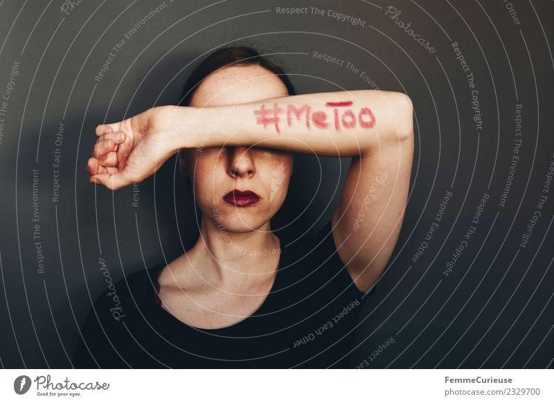 Woman showing #MeToo on her arm feminin Junge Frau Jugendliche Erwachsene 1 Mensch 18-30 Jahre 30-45 Jahre Zeichen Schriftzeichen Sex Sexualität Tabubruch Wut