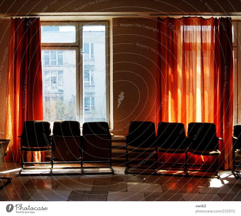 Bitte warten blau weiß rot Fenster schwarz Wand Autofenster Mauer Raum leuchten sitzen warten hoch einfach Bodenbelag Stuhl