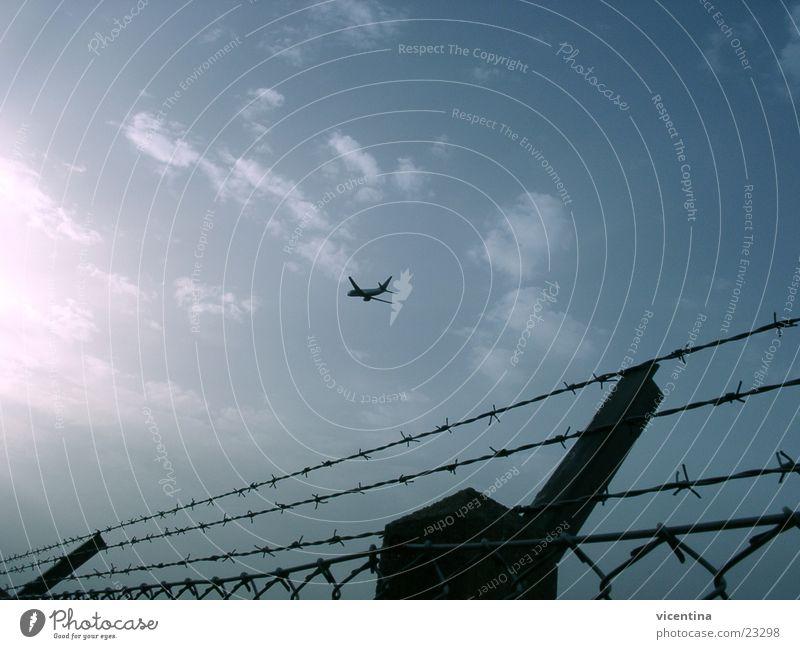 Startender Jet Rollfeld Zaun Stacheldraht Flugzeug Sicherheit Luftverkehr Flughafen Beginn Himmel Düsenflugzeug
