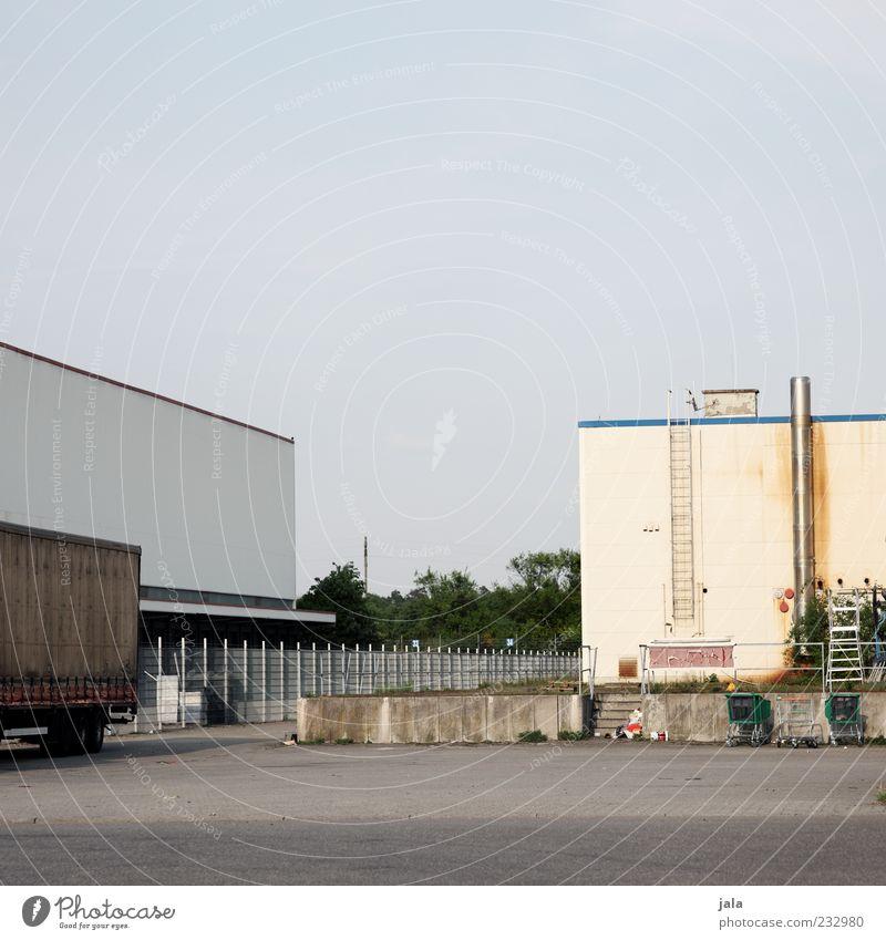 umschlagsplatz Himmel Wolkenloser Himmel Industrieanlage Fabrik Platz Bauwerk Gebäude Architektur Lastwagen trist Farbfoto Außenaufnahme Menschenleer