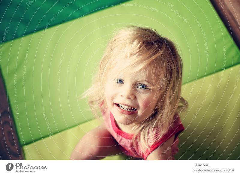 Ich habe Spaß 3 Kind Kleinkind 1 Mensch 1-3 Jahre sitzen grün Fitness sportlich Lebensfreude Frühlingsgefühle Gesundheit Glück frisch Bewegung lachen blond