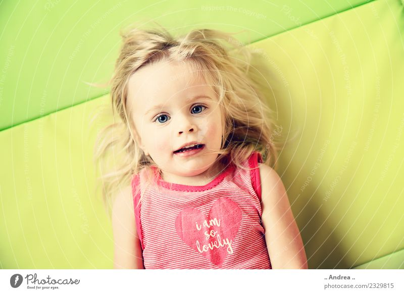 Ich habe Spaß 2 Kind liegen Kleinkind Mädchen Gesicht 1 1-3 Jahre Bewegung Fitness Lächeln lachen sportlich Sport Fröhlichkeit frisch Gesundheit Glück schön